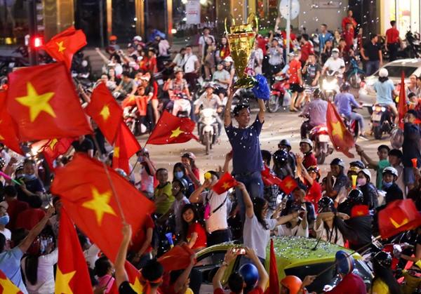 Chúng ta hãy luôn chứng minh mình lả fan của thứ bóng đá văn minh bằng những sự tử tế. Hãy để bạn bè quốc tế thấy được sự đáng yêu của người Việt thay vì những lời lẽ xấu xí.