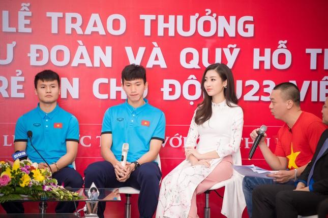 Hoa hậu Mỹ Linh nhận bằng khen của Trung Ương Đoàn trong buổi giao lưu cùng U23 Việt Nam ảnh 1