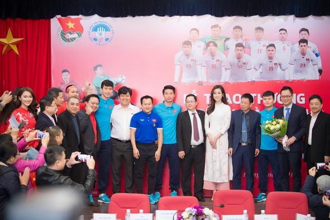 Hoa hậu Mỹ Linh nhận bằng khen của Trung Ương Đoàn trong buổi giao lưu cùng U23 Việt Nam ảnh 3