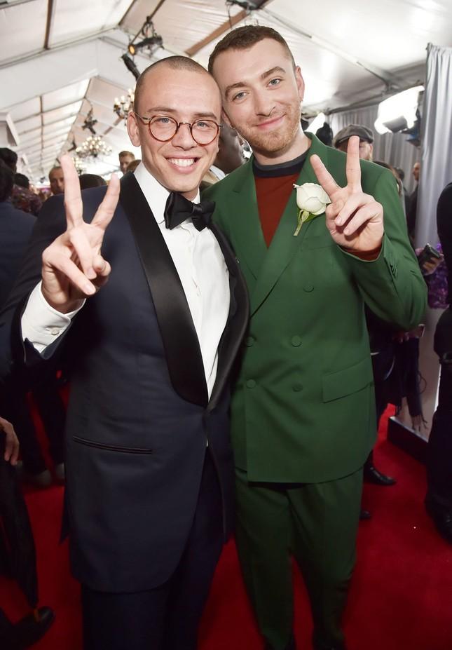 Sam Smith và Logic nhắng nhít với nhau chụp ảnh trên thảm đỏ Grammy.