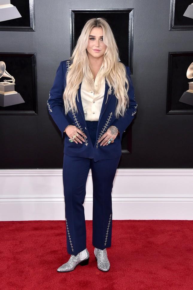 Kesha lại chọn thể hiện hình ảnh cá tính và có phần gai góc trên thảm đỏ.