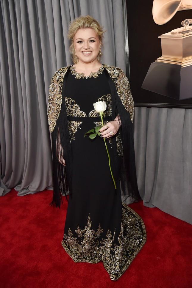 Kelly Clarkson lại tỏ ra rất nền nã trong bộ trang phục màu đen.