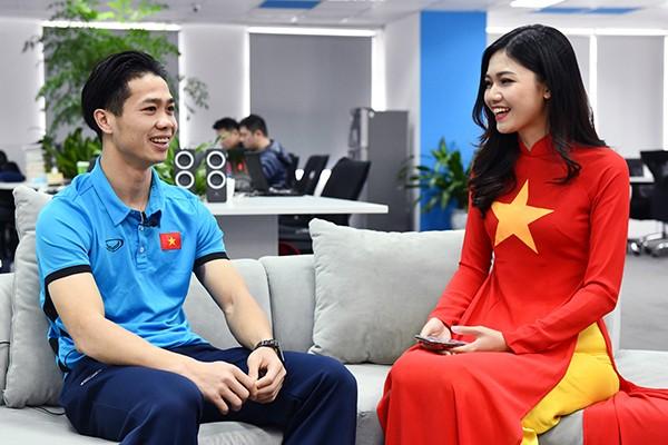 """""""Hot boy quốc dân"""" Bùi Tiến Dũng được Á hậu Thanh Tú hướng dẫn cách pose hình xì tin ảnh 3"""