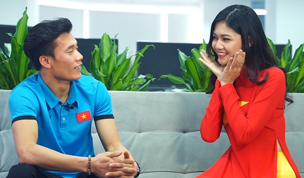 """""""Hot boy quốc dân"""" Bùi Tiến Dũng được Á hậu Thanh Tú hướng dẫn cách pose hình xì tin ảnh 5"""