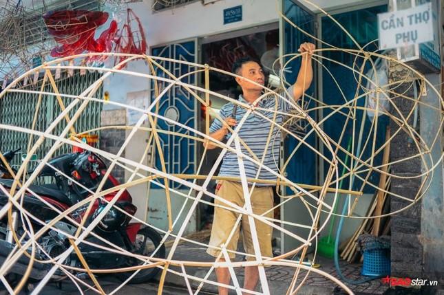 Gia đình hơn 50 năm làm lồng đèn giấy kiếng khổng lồ ở Sài Gòn. ảnh 9