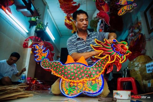 Gia đình hơn 50 năm làm lồng đèn giấy kiếng khổng lồ ở Sài Gòn. ảnh 10
