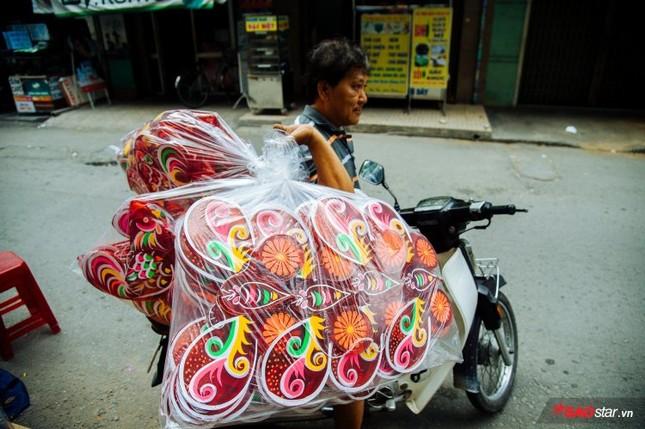 Gia đình hơn 50 năm làm lồng đèn giấy kiếng khổng lồ ở Sài Gòn. ảnh 11