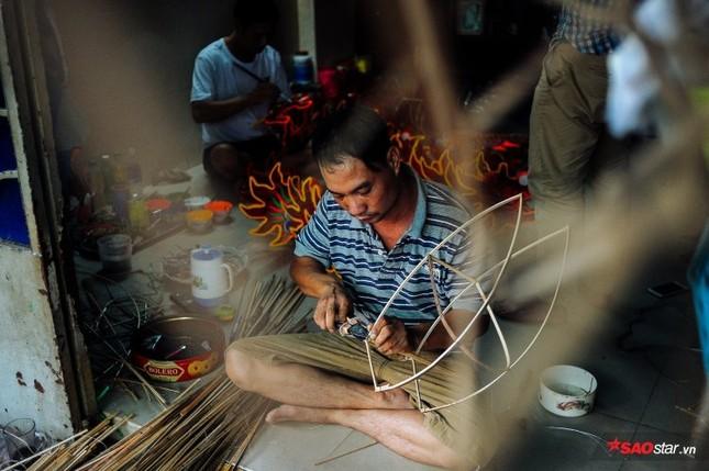 Gia đình hơn 50 năm làm lồng đèn giấy kiếng khổng lồ ở Sài Gòn. ảnh 3
