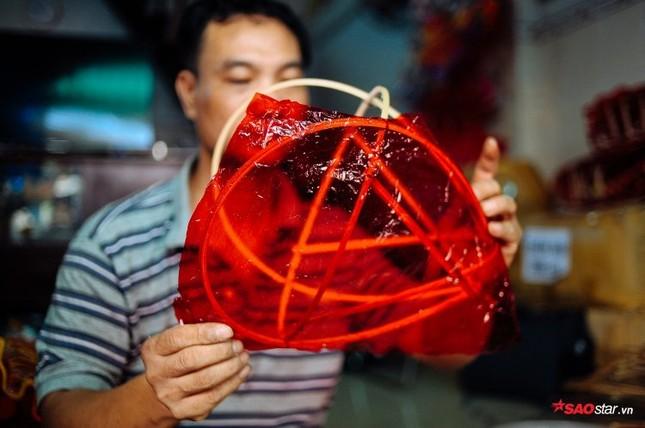 Gia đình hơn 50 năm làm lồng đèn giấy kiếng khổng lồ ở Sài Gòn. ảnh 4
