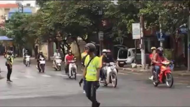 Công an truy tìm nhóm phượt thủ chặn đường để đoàn xe của mình qua ngã tư như xe ưu tiên ảnh 2