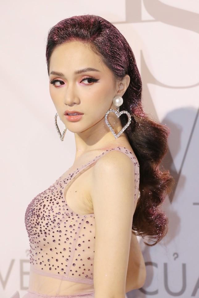 Tóc Tiên trang điểm sắc sảo, Hương Giang diện tóc ánh kim tại show diễn của Lý Quí Khánh ảnh 3