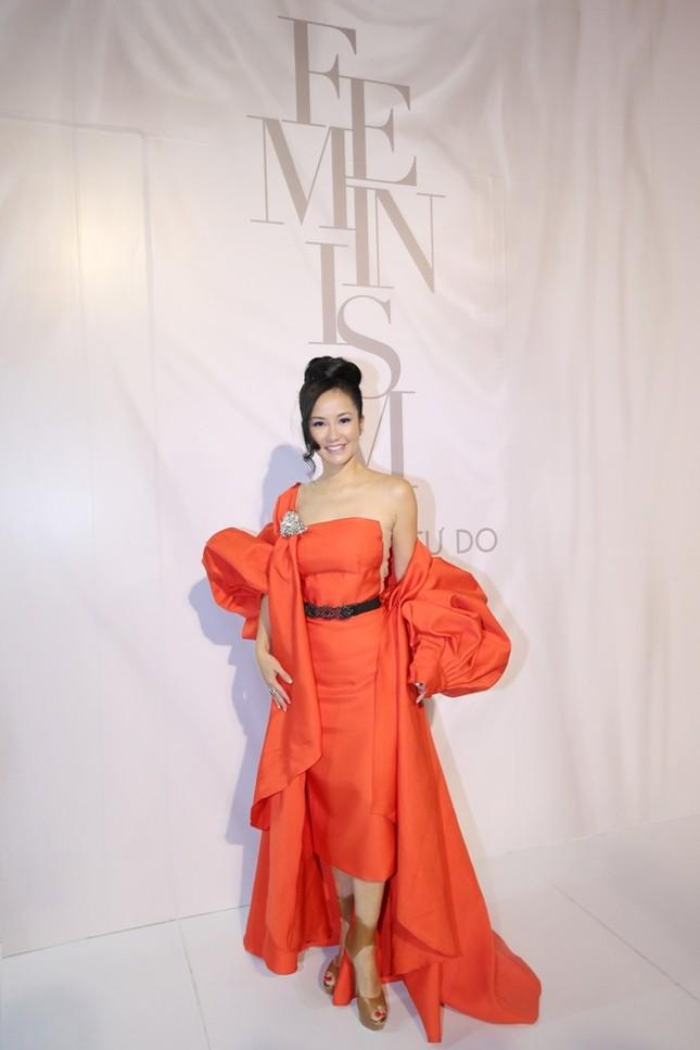 Tóc Tiên trang điểm sắc sảo, Hương Giang diện tóc ánh kim tại show diễn của Lý Quí Khánh ảnh 5
