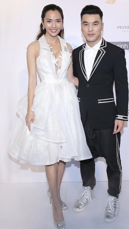 Tóc Tiên trang điểm sắc sảo, Hương Giang diện tóc ánh kim tại show diễn của Lý Quí Khánh ảnh 6