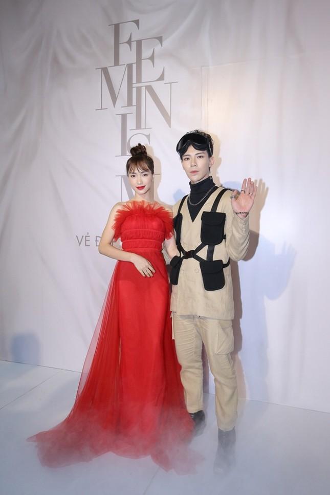 Tóc Tiên trang điểm sắc sảo, Hương Giang diện tóc ánh kim tại show diễn của Lý Quí Khánh ảnh 9
