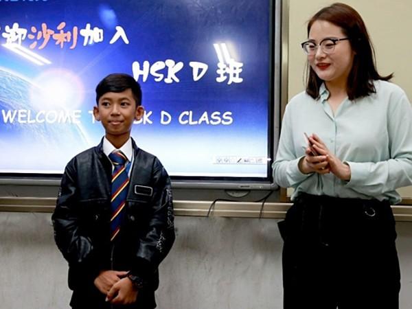 Cậu bé bán hàng rong nói 16 thứ tiếng sang Trung Quốc học tập ảnh 1