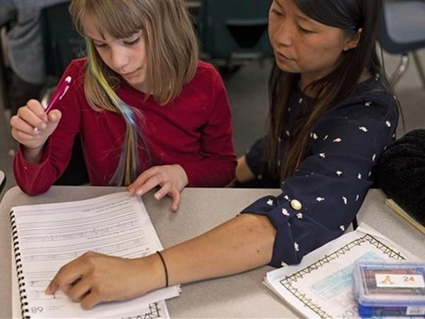 Cô giáo Shelby Yuan (phải) có 3 ngày cuối tuần để chuẩn bị các tiết học, chú ý kỹ hơn đến từng học sinh.