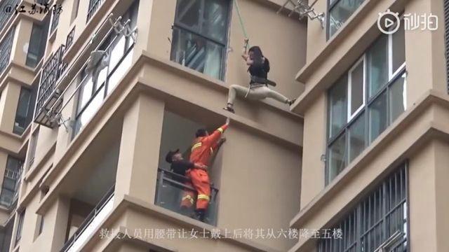 Trung Quốc: Cô gái liều lĩnh trèo từ tầng 6 chung cư ra ngoài để thoát khỏi bạn trai ảnh 2