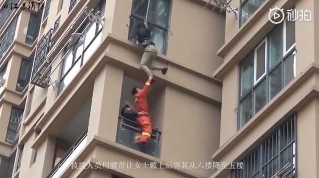 Trung Quốc: Cô gái liều lĩnh trèo từ tầng 6 chung cư ra ngoài để thoát khỏi bạn trai ảnh 3