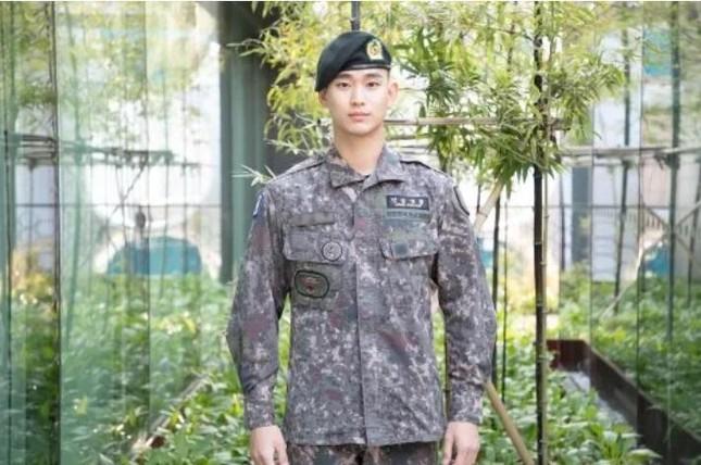 """Còn chưa xuất ngũ, """"cụ giáo"""" Kim Soo Hyun đã có ngay hợp đồng quảng cáo ảnh 1"""