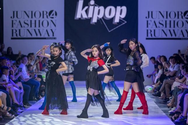 """Dàn mẫu nhí gây chú ý khi sải bước tự tin trên sàn diễn """"Junior Fashion Runway"""" ảnh 7"""
