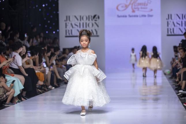 """Dàn mẫu nhí gây chú ý khi sải bước tự tin trên sàn diễn """"Junior Fashion Runway"""" ảnh 5"""