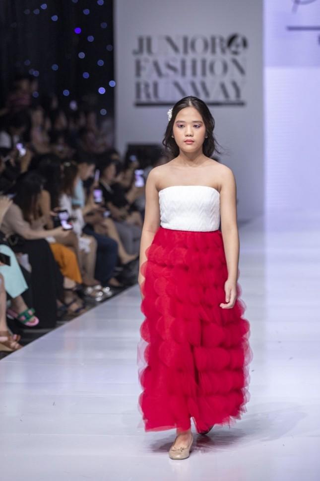 """Dàn mẫu nhí gây chú ý khi sải bước tự tin trên sàn diễn """"Junior Fashion Runway"""" ảnh 6"""