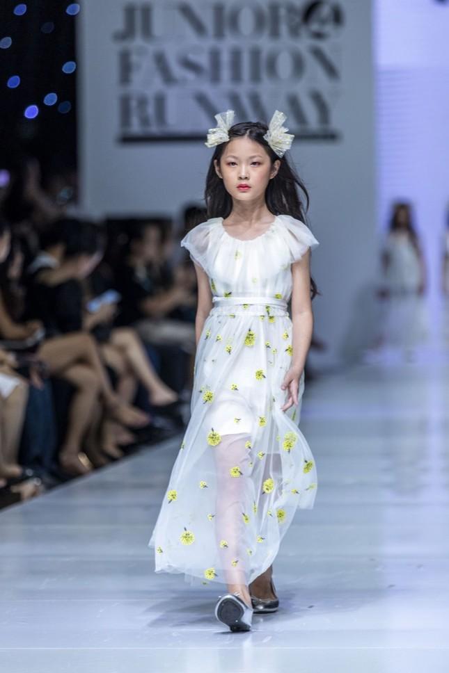 """Dàn mẫu nhí gây chú ý khi sải bước tự tin trên sàn diễn """"Junior Fashion Runway"""" ảnh 3"""