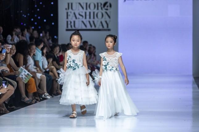 """Dàn mẫu nhí gây chú ý khi sải bước tự tin trên sàn diễn """"Junior Fashion Runway"""" ảnh 4"""