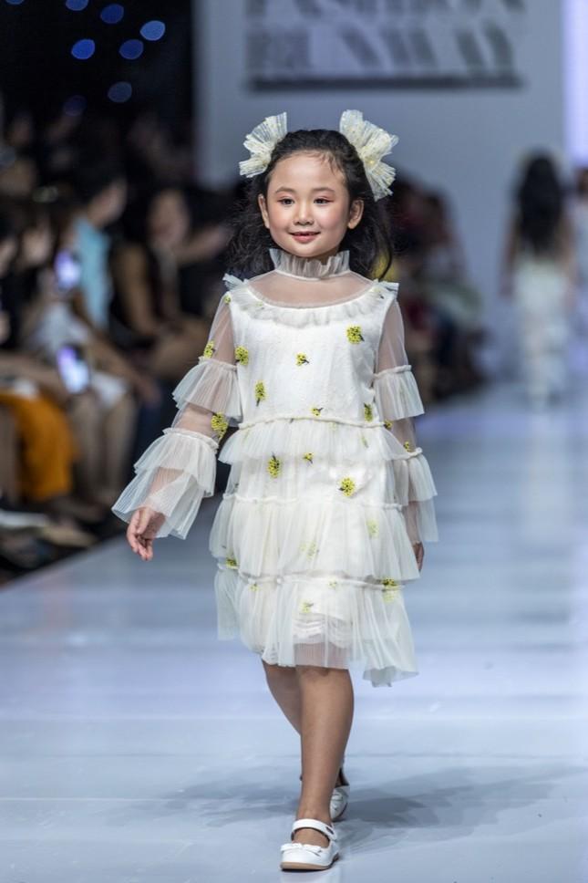 """Dàn mẫu nhí gây chú ý khi sải bước tự tin trên sàn diễn """"Junior Fashion Runway"""" ảnh 1"""