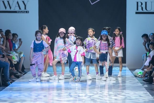 """Dàn mẫu nhí gây chú ý khi sải bước tự tin trên sàn diễn """"Junior Fashion Runway"""" ảnh 2"""