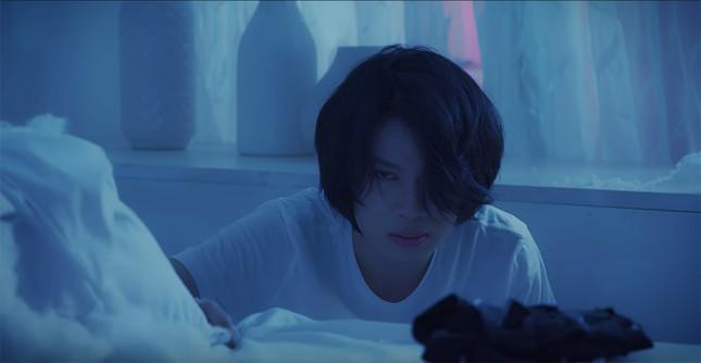 """Hình ảnh lầy lội của Quang Trung bị """"phá tan"""" bởi loạt ảnh nhá hàng trong MV mới  ảnh 3"""