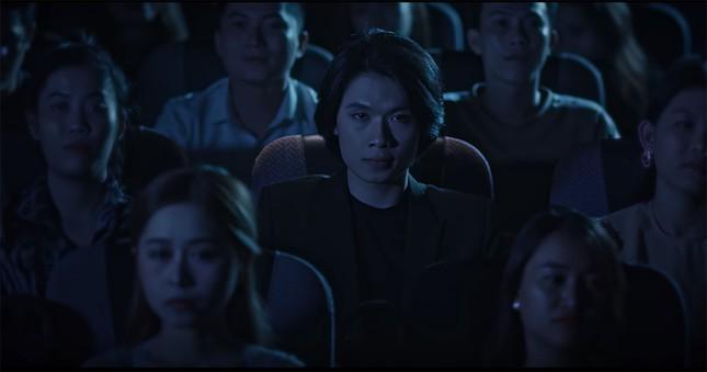 """Hình ảnh lầy lội của Quang Trung bị """"phá tan"""" bởi loạt ảnh nhá hàng trong MV mới  ảnh 1"""