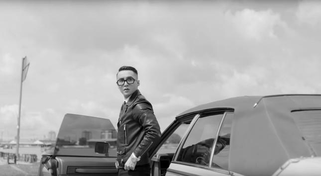 """Fan """"hú hét"""" khi Sơn Tùnglộ diện cực nam tính trong trailer """"Sky Tour 2019"""" ảnh 1"""