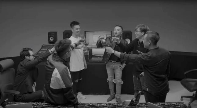 """Fan """"hú hét"""" khi Sơn Tùnglộ diện cực nam tính trong trailer """"Sky Tour 2019"""" ảnh 3"""