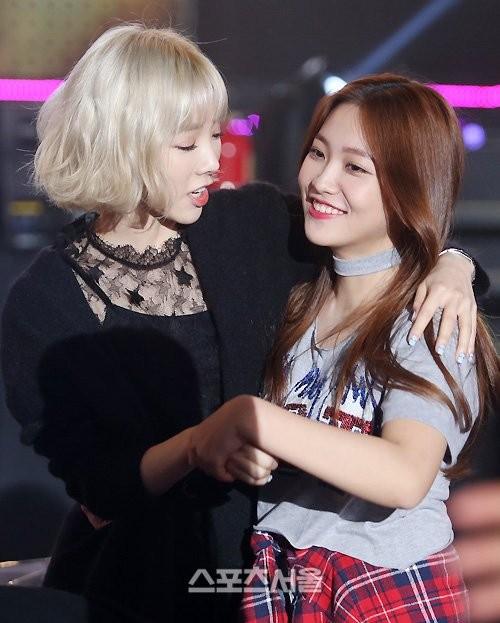 Chỉ nhờ một tấm ảnh chụp với Taeyeon thôi, Yeri (Red Velvet) được khen ngợi hết lời ảnh 2