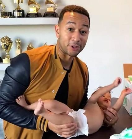 Ca sĩ, nhạc sĩ John Legend cũng vận động cho việc lắp đặt bàn thay tã cho trẻ em.