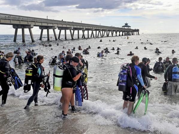 Những người thợ lặn tham gia dọn dẹp đại dương.
