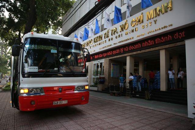 Hàng nghìn cán bộ, giảng viên Sài Gòn lỉnh kỉnh hành trang đi coi thi ảnh 1