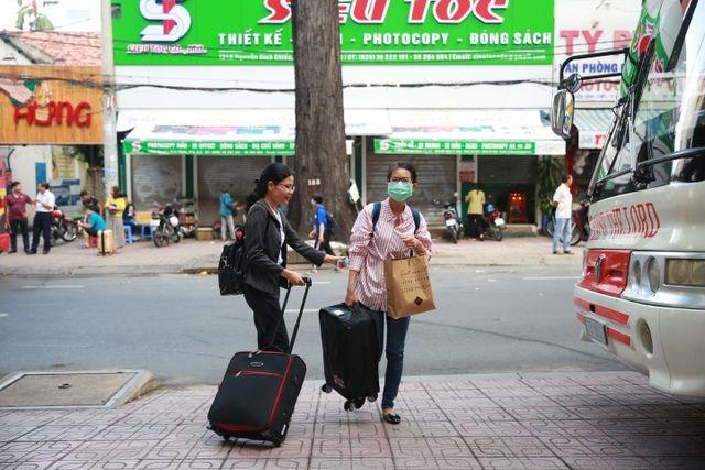 Hàng nghìn cán bộ, giảng viên Sài Gòn lỉnh kỉnh hành trang đi coi thi ảnh 2