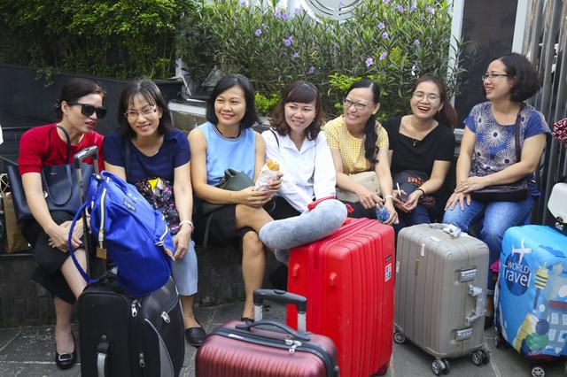 Hàng nghìn cán bộ, giảng viên Sài Gòn lỉnh kỉnh hành trang đi coi thi ảnh 5