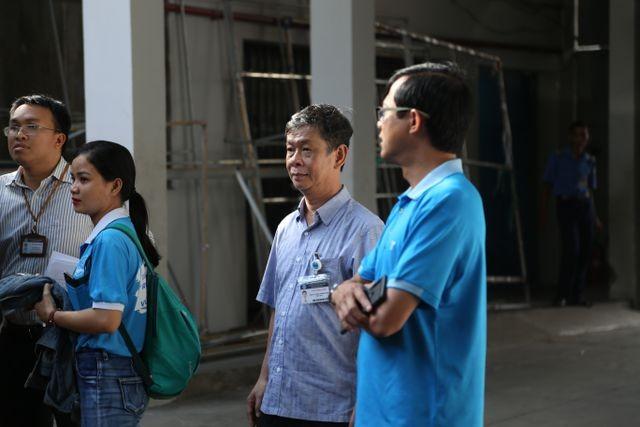 Hàng nghìn cán bộ, giảng viên Sài Gòn lỉnh kỉnh hành trang đi coi thi ảnh 8