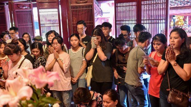 Sĩ tử ồ ạt kéo về Văn Miếu, cầu khấn, sờ đầu rùa trước kì thi THPT Quốc gia 2019 ảnh 4