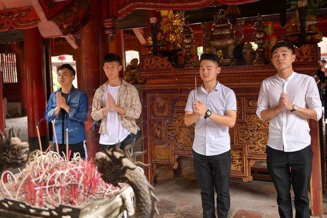 Sĩ tử ồ ạt kéo về Văn Miếu, cầu khấn, sờ đầu rùa trước kì thi THPT Quốc gia 2019 ảnh 5