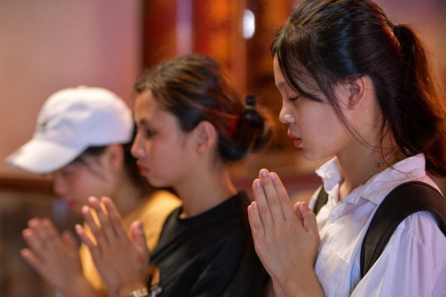 Sĩ tử ồ ạt kéo về Văn Miếu, cầu khấn, sờ đầu rùa trước kì thi THPT Quốc gia 2019 ảnh 6