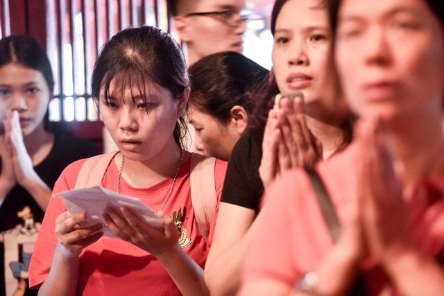 Sĩ tử ồ ạt kéo về Văn Miếu, cầu khấn, sờ đầu rùa trước kì thi THPT Quốc gia 2019 ảnh 7