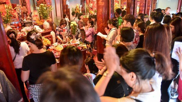 Sĩ tử ồ ạt kéo về Văn Miếu, cầu khấn, sờ đầu rùa trước kì thi THPT Quốc gia 2019 ảnh 8