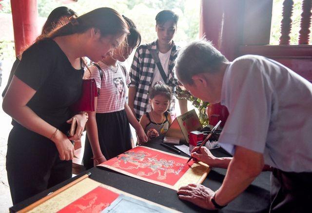 Sĩ tử ồ ạt kéo về Văn Miếu, cầu khấn, sờ đầu rùa trước kì thi THPT Quốc gia 2019 ảnh 9