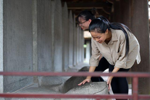 Sĩ tử ồ ạt kéo về Văn Miếu, cầu khấn, sờ đầu rùa trước kì thi THPT Quốc gia 2019 ảnh 13