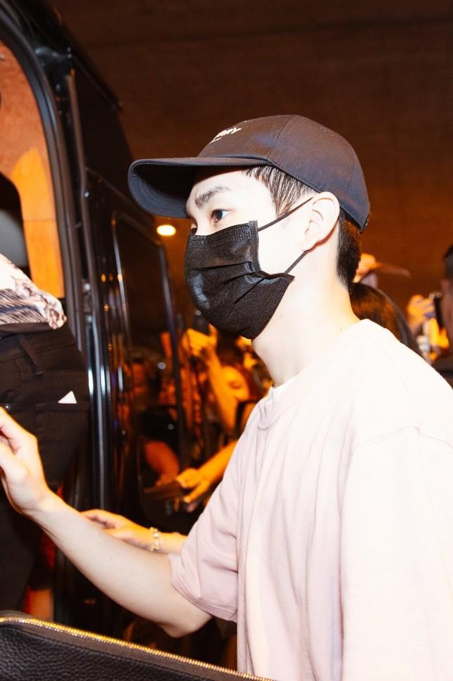 NU'EST diện style đen trắng cập bến thành phố Hồ Chí Minh ảnh 2