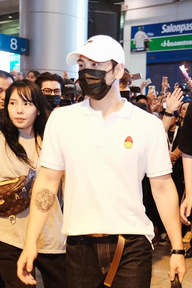 NU'EST diện style đen trắng cập bến thành phố Hồ Chí Minh ảnh 3